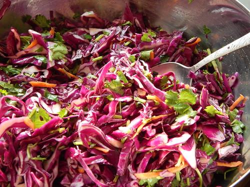 Рецепт салата из красной капусты с кинзой и морковкой, заправка из оливкового масла с бальзамическим уксусом. Пошаговые фотографии | horoshogromko.ru