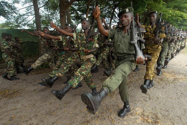 Krieg und Vertreibung führt zu Armut - Soldaten aus Burundi mit dem deutschen G3 von Heckler & Koch