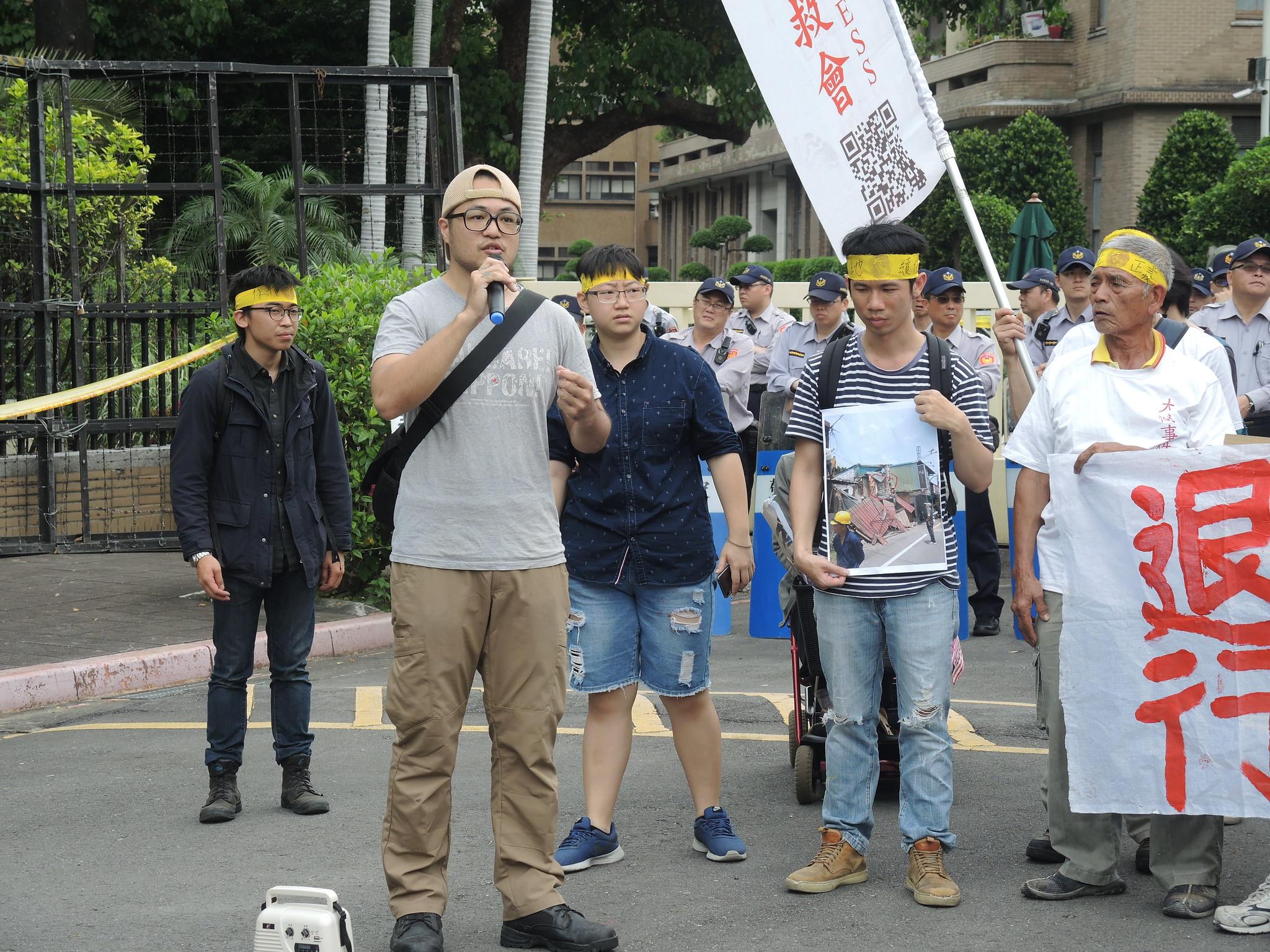 華光社區聲援者潘承祐指出,迫遷的問題源頭在於政府的土地活化政策。(攝影:曾福全)