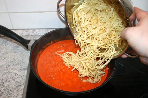 33 - Nudeln zu Sauce geben / Add noodles to sauce