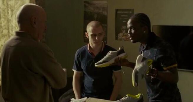 鄰居小伙子向丹尼爾解釋販賣中國大陸黑市球鞋的致富之道。(電影劇照)