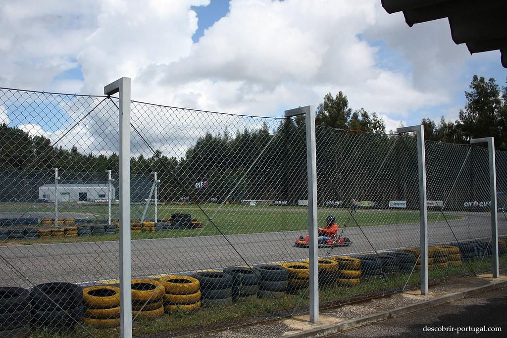 Toute la piste est entourée de grillages et de pneus pour la sécurité