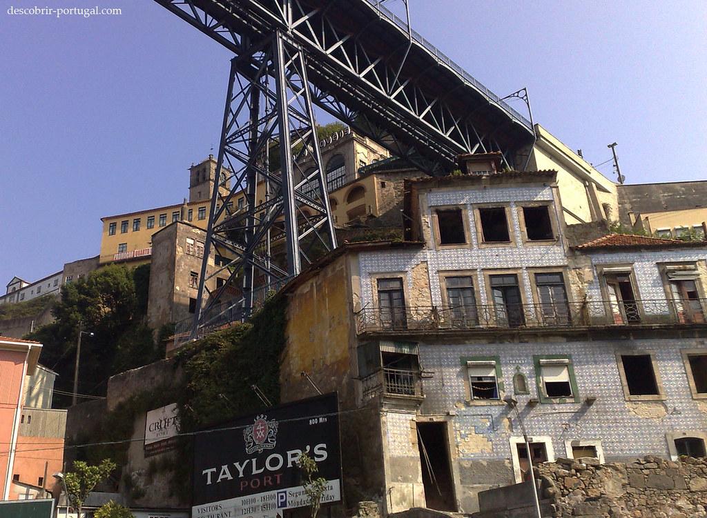 Vieux immeubles délabrés, pratiquement collés au pont