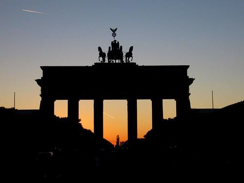 gute nacht sun setting behind berlin 39 s brandenburg gate. Black Bedroom Furniture Sets. Home Design Ideas