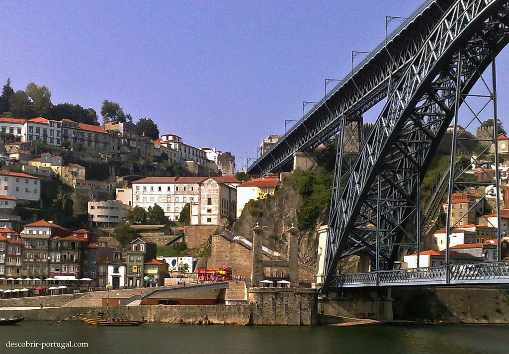 On voit au fond les pylônes, vestiges de Ponte Pênsil