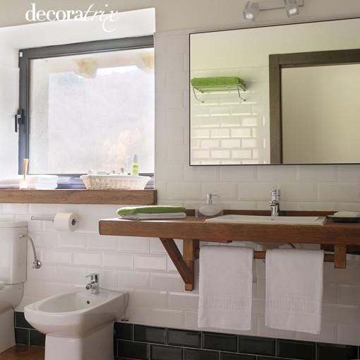 Azulejos blancos en el ba o aligera el espacio con una for Azulejos biselados bano