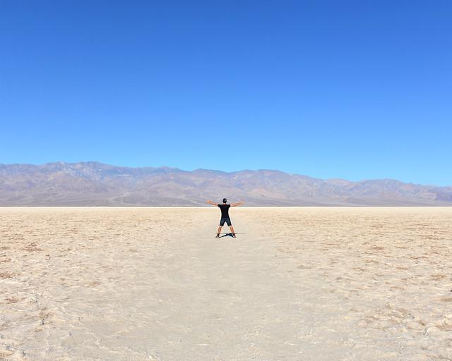 En mitad de Badwater Basin, uno de los sitios más espectaculares del Death Valley