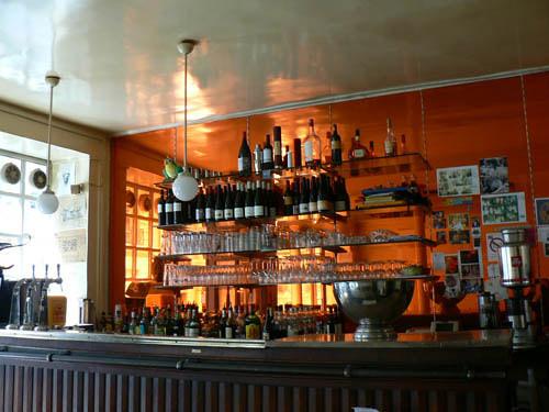 Caf burq montmartre tables en bois miroirs oranges for 2 miroirs perpendiculaires