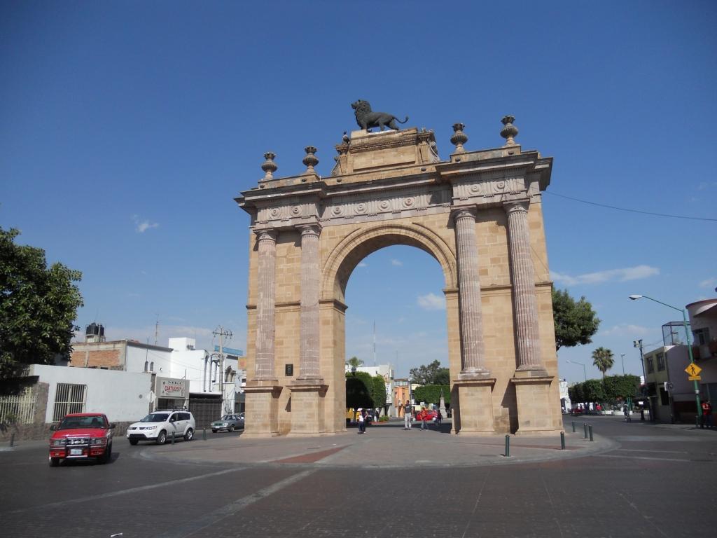 Arco de la Calzada de los Héroes de León | De paseo por León ... Leon