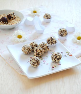 Chocolate, orange and almond truffles / Trufas de chocolate, laranja e amêndoa | by Patricia Scarpin