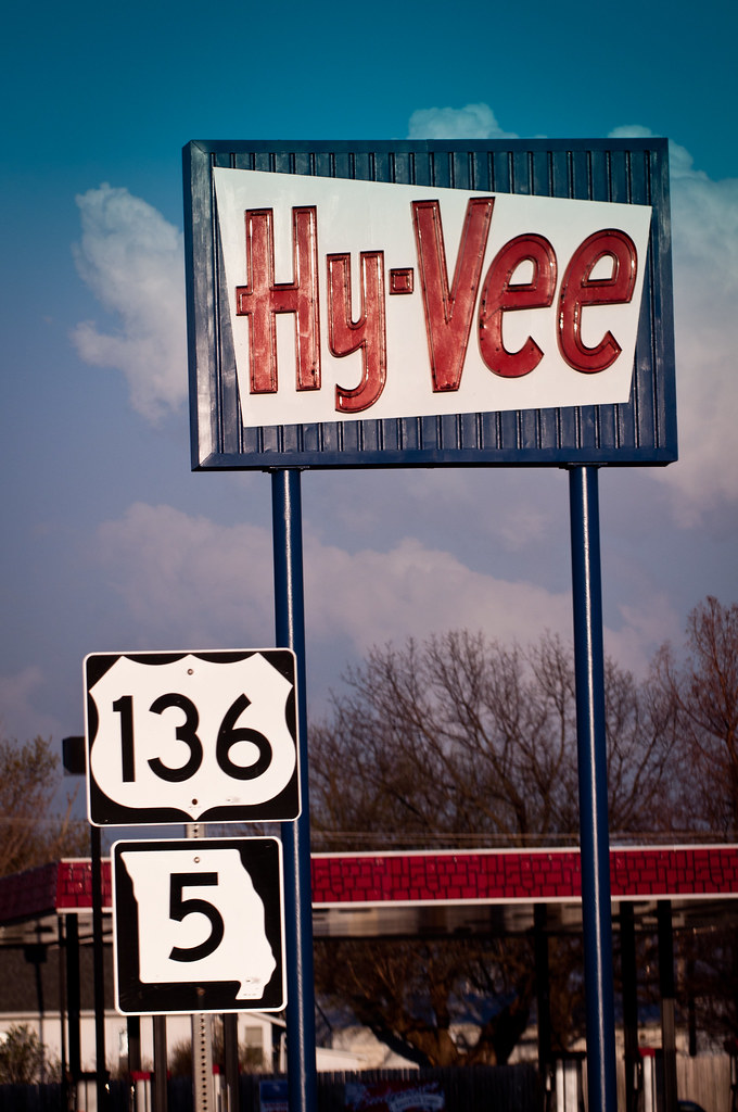 Old Neon Hy-Vee sign in Unionville, MO | Hy-Vee is relativel… | Flickr