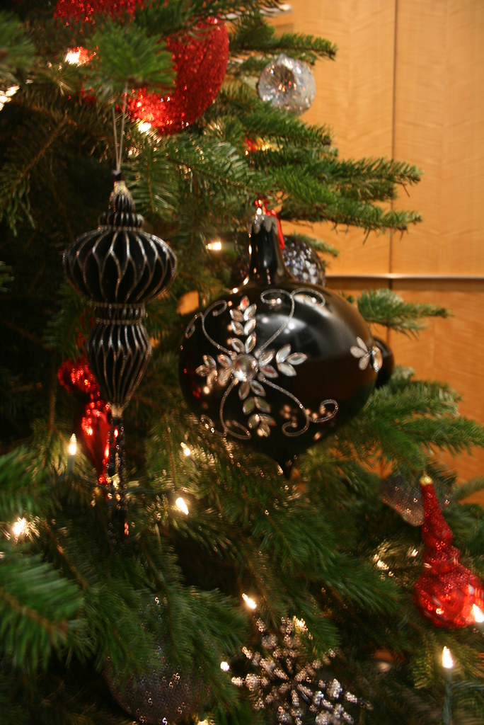 Black red silver christmas tree black silver and red for Christmas tree with red and silver ornaments