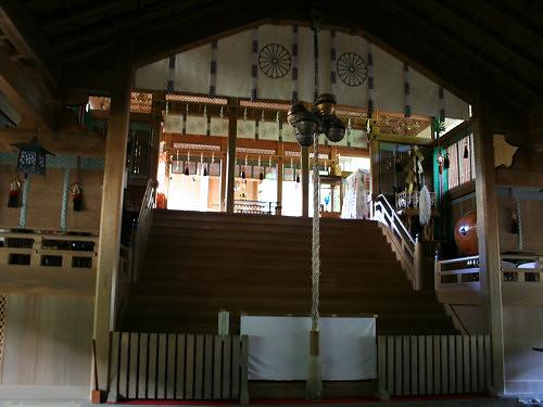 天河大弁財天社@天川村-06 | 拝殿の奥には、かすかに本殿が見えます。薄暗い拝殿に光が差し込む様子は、とても