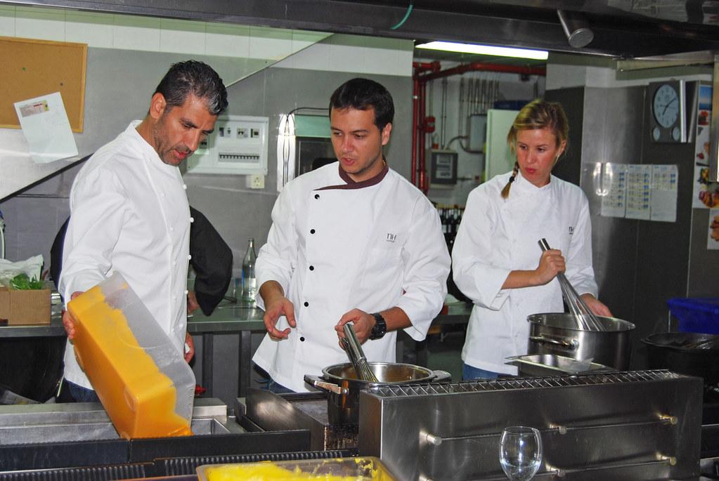 El chef paco roncero con su jefe de cocina miguel zurita y for Jefe de cocina alicante
