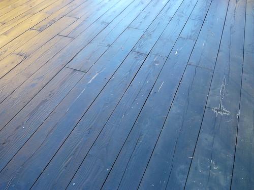 La terrasse de bois désertée, froide et humide  by Manoir de la