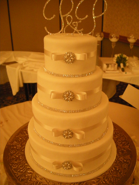 wedding cakes with diamonds and pearls pearl and diamonds wedding cake 559 flickr photo 26019