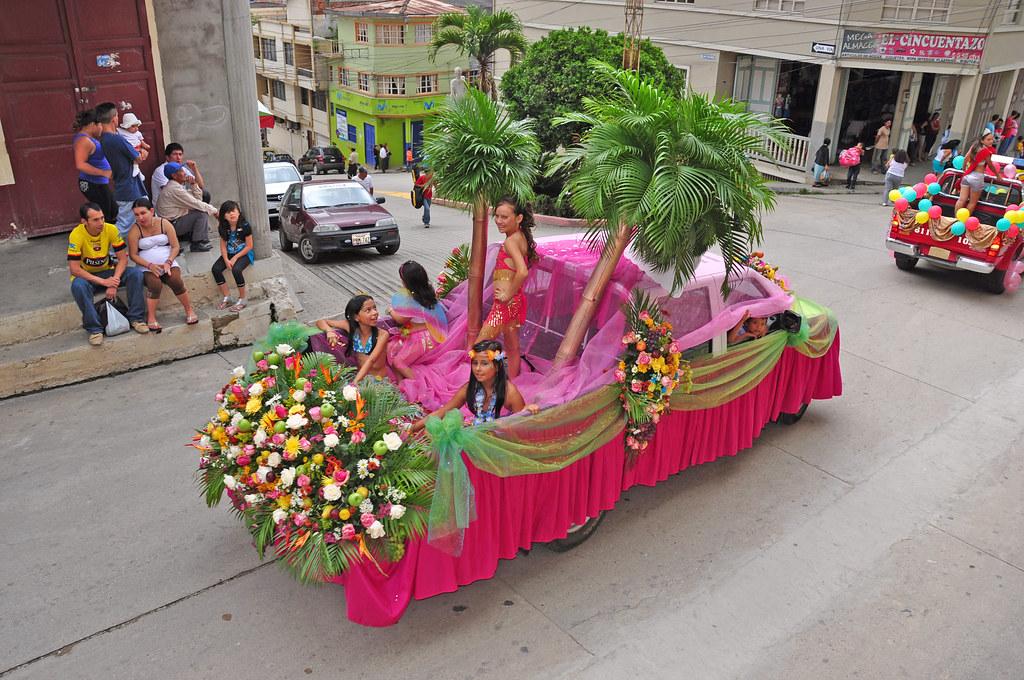 Desfile de carros aleg...