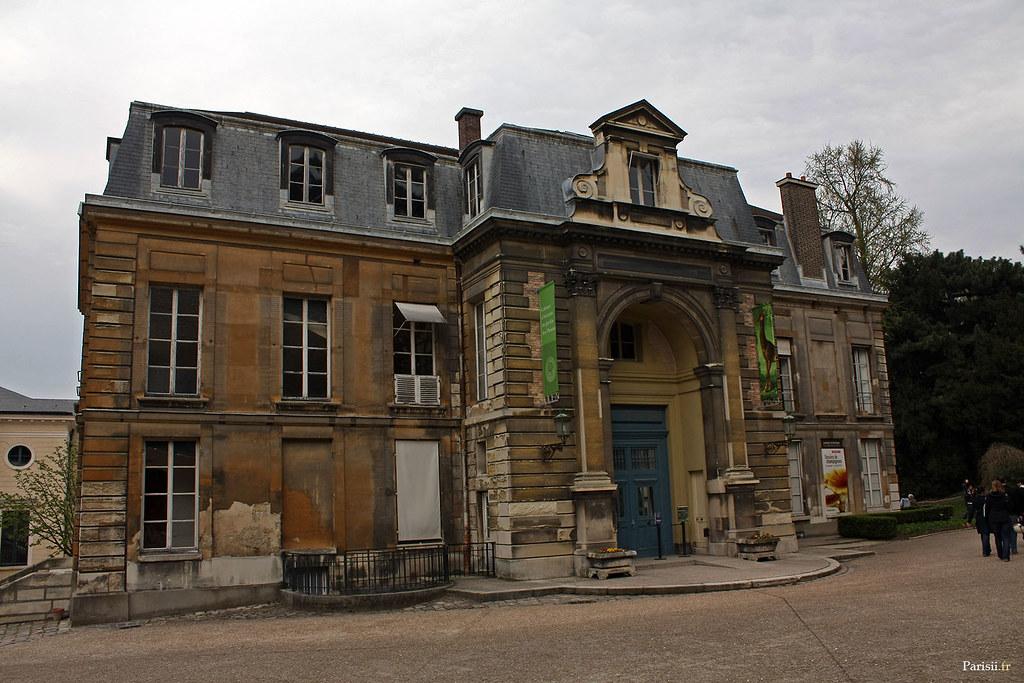 C'est tout de même un scandale que cet édifice soit si délabré! C'est l'Hôtel de Magny, où se trouve le cabinet d'histoire du Jardin des Plantes…