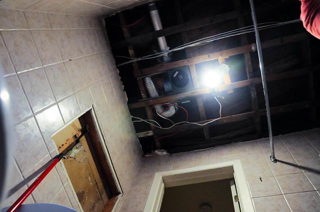 A a commenc par on repeint le plafond de la salle de bain flickr photo sharing for Plafond salle de bain pvc