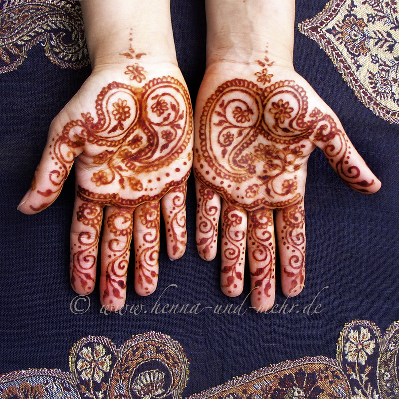 Group Mehndi Hands : Color outcome of the indian paisley on two hands henna