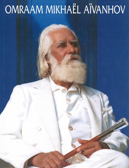 Il maestro Aïvanhov canta il mantra AUM