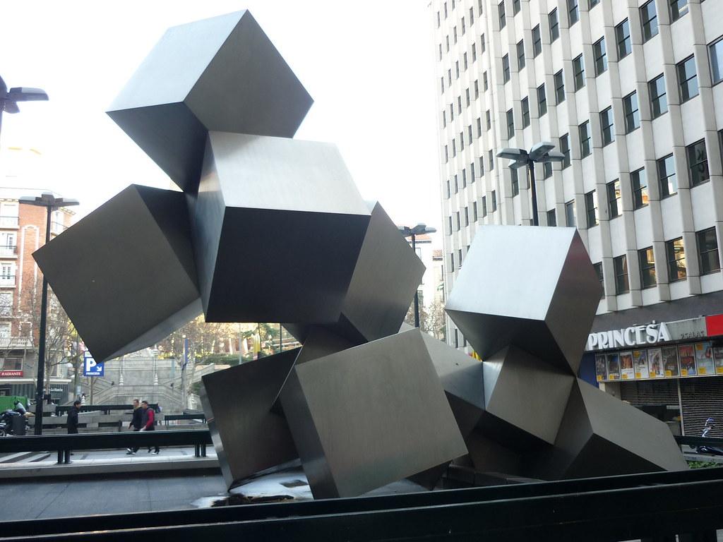 Madrid monumento reflexiones los cubos reflexiones for Plaza los cubos madrid