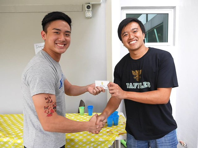 LSIRC President Andre Ong (who is single btw ladies) presenting the $50 dollar Starbucks voucher to See Tow. So ladies, feel free to find See Tow to get your coffee fix. Guys I'm sorry but the offer doesn't extend to you.