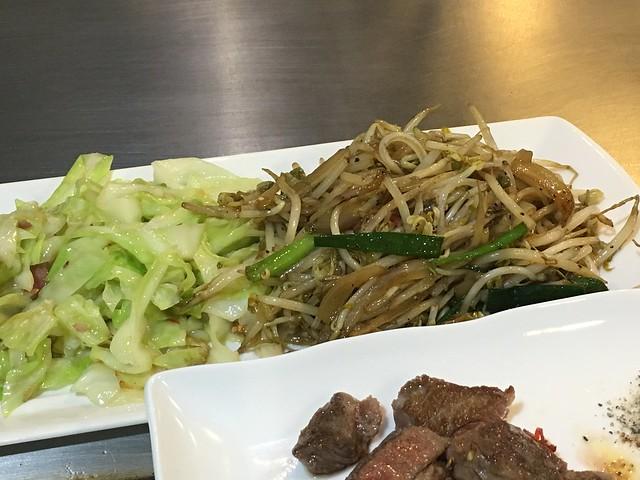 大份量的配菜,不過我點餐時說我想要一點點辣,炒得好辣啊@永和永青鐵板燒