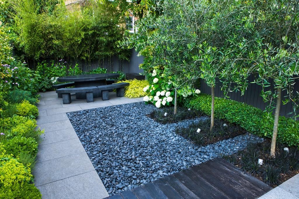 Jet black garden 13 charlotte rowe copyright clive nichols for Arboles para jardines pequenos