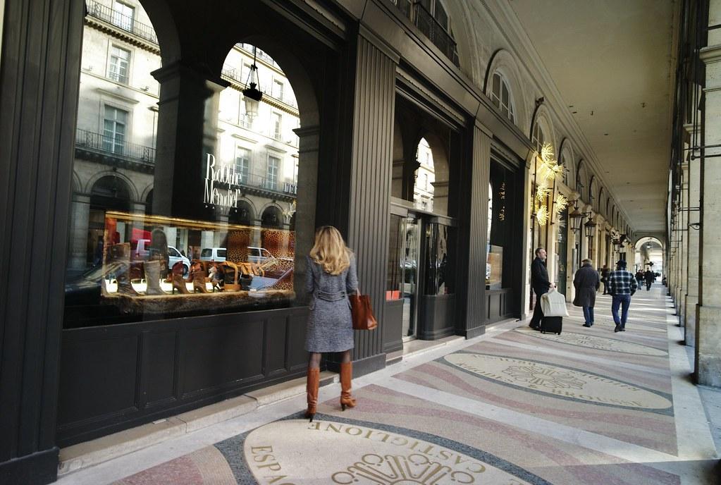 parisian shopping arcades rue de rivoli leica m9 zeiss z flickr. Black Bedroom Furniture Sets. Home Design Ideas