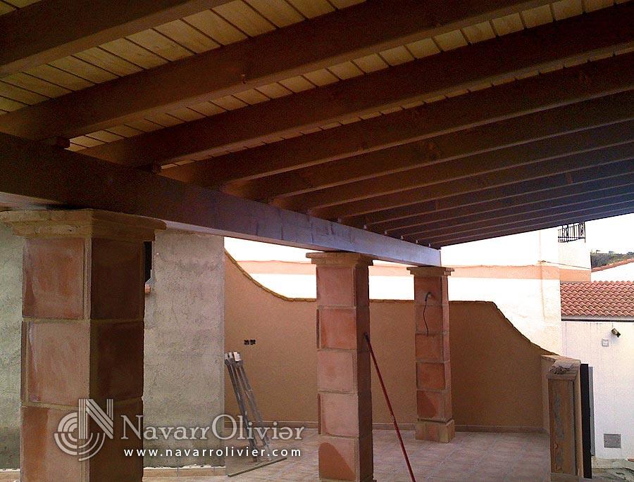 Porche con pilares de obra porche para terraza en madera for Imagenes de tejados de madera