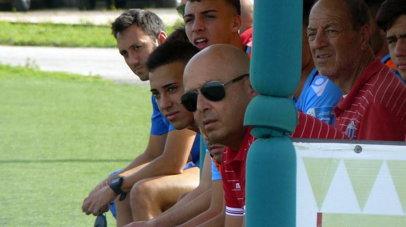 Mister Giovanni Pulvirenti osserva dalla panchina, accanto il preparatore dei portieri Condorelli (foto su gentile concessione di Manuel Bisceglie)