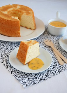 Devilish angel food cake with passion fruit curd / Bolo de claras com curd de maracujá | by Patricia Scarpin