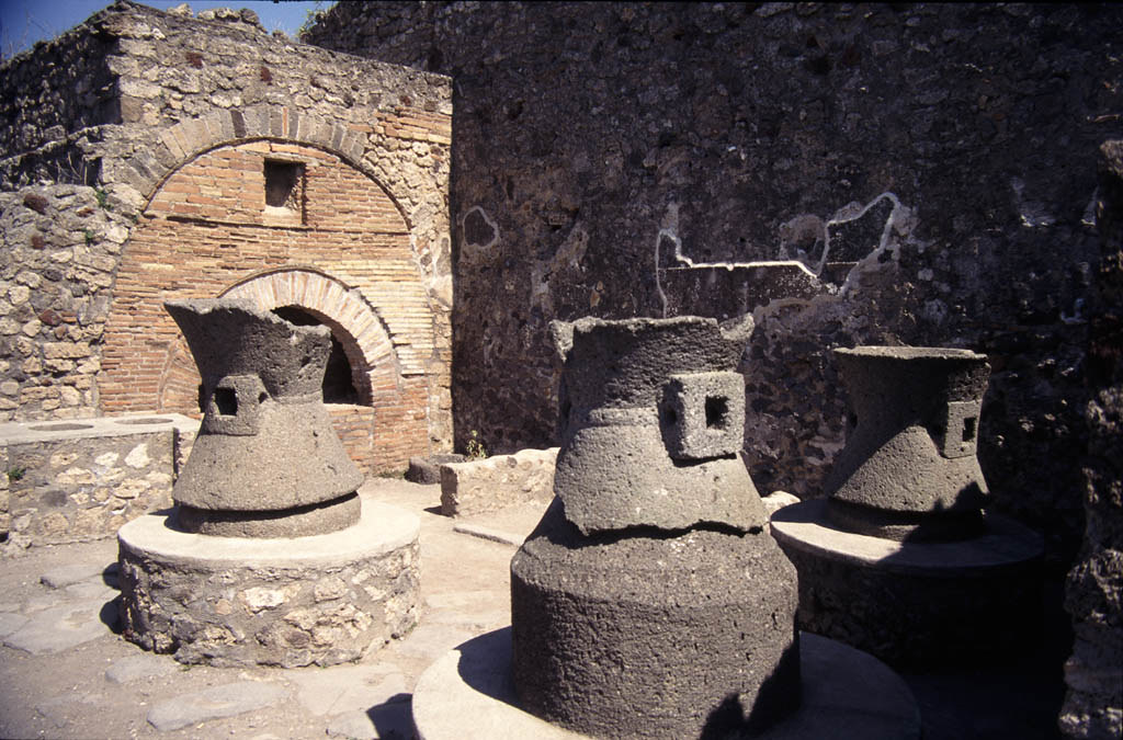 Pompeii view of pistrinum bakery date 79 destroyed for Ancient roman cuisine history