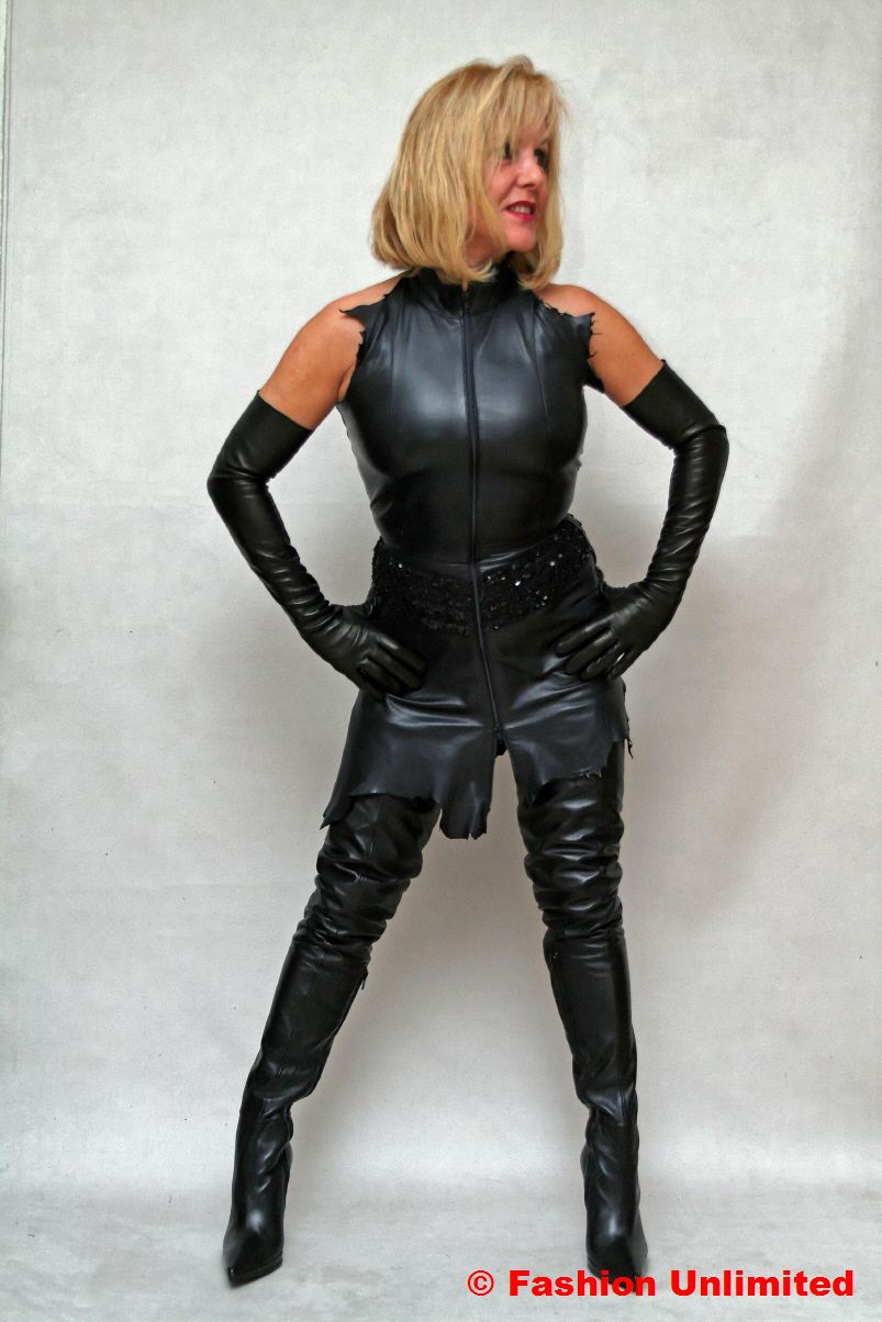 Ladies in leather gloves and boots - Photo All Sizes