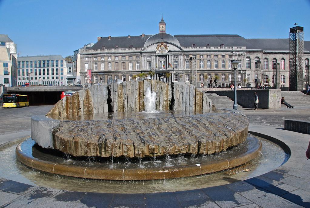 La fontaine et le palais de Justice (Place St-Lambert -Liè