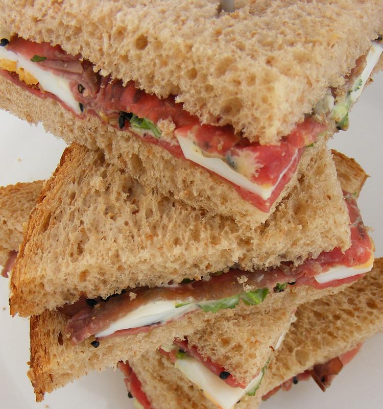 Sandwich roast beef gomashio sandwich with thinly for Comidas frescas