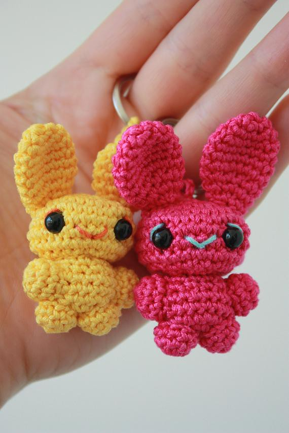 Blog Laura Amigurumi : amigurumi bunny key-rings 5,5 cm and 6 cm tall bunnies ...