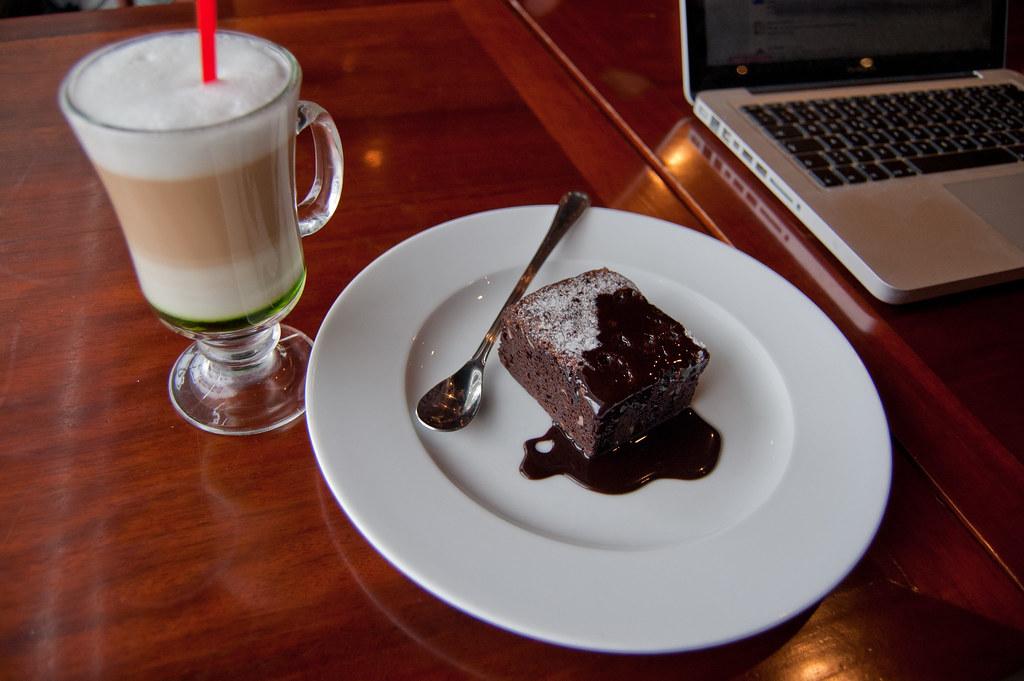 chai latte mit brownie chai tea latte im highland cafe fr flickr. Black Bedroom Furniture Sets. Home Design Ideas