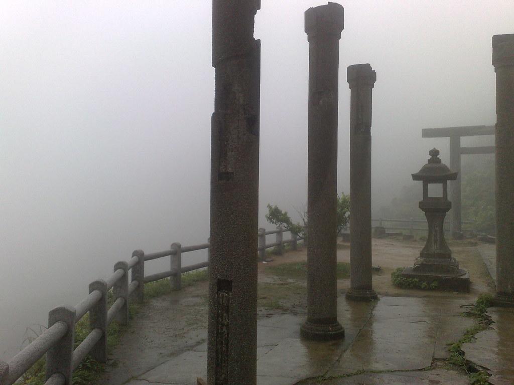Los pilares del templo, rodeados de niebla