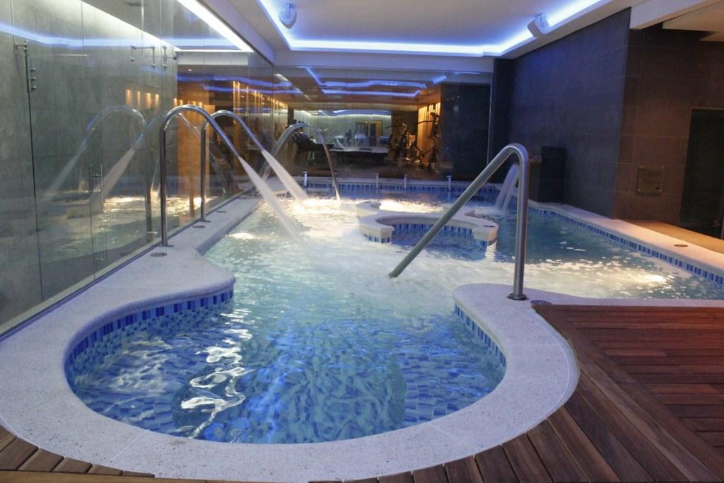Hotel bogota ar salitre piscina l dica y sus chorros de for Chorros para piscinas