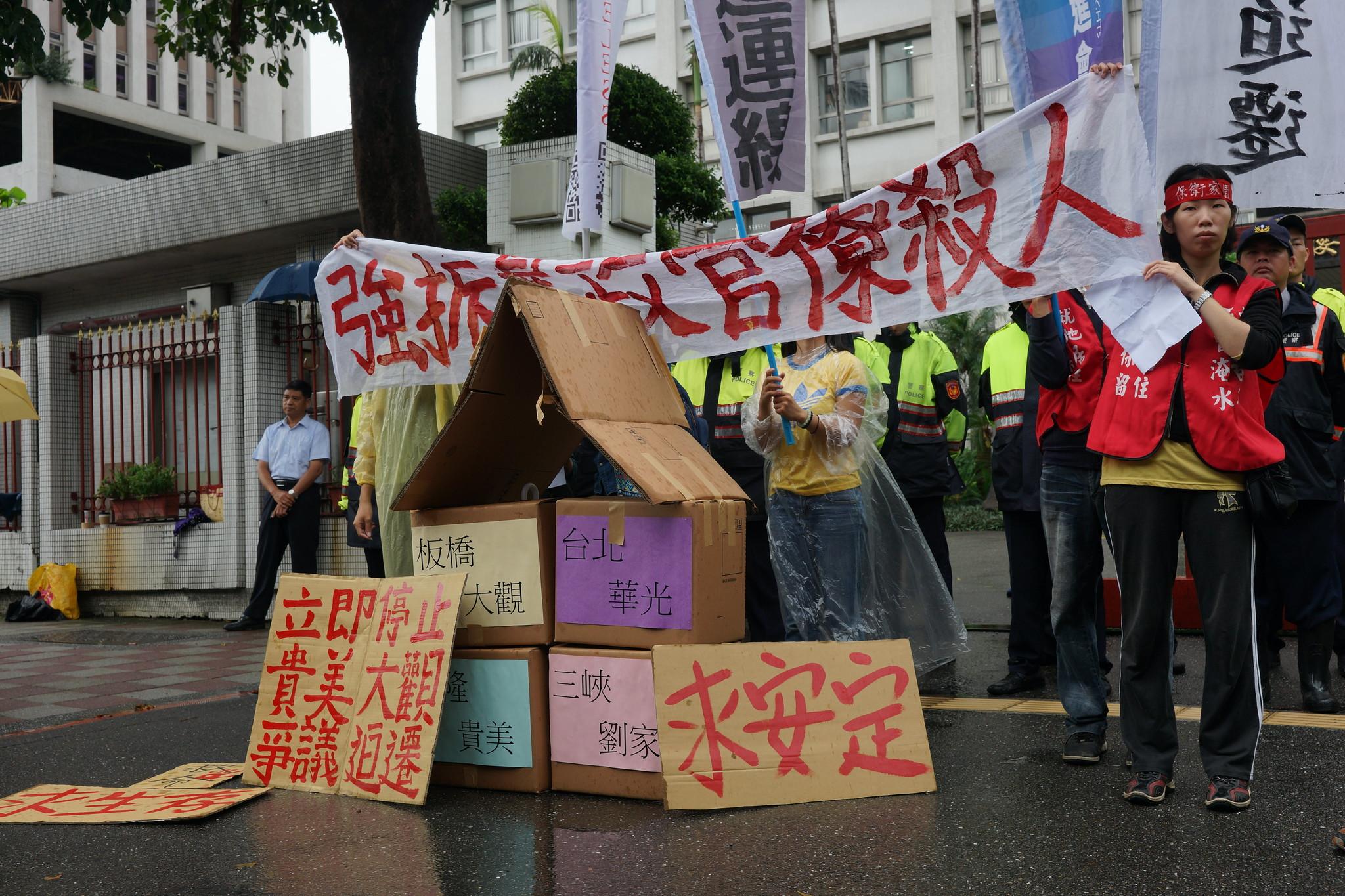 反迫遷團體在財政部用紙箱堆起家園,訴求停止迫遷。(攝影:王顥中)