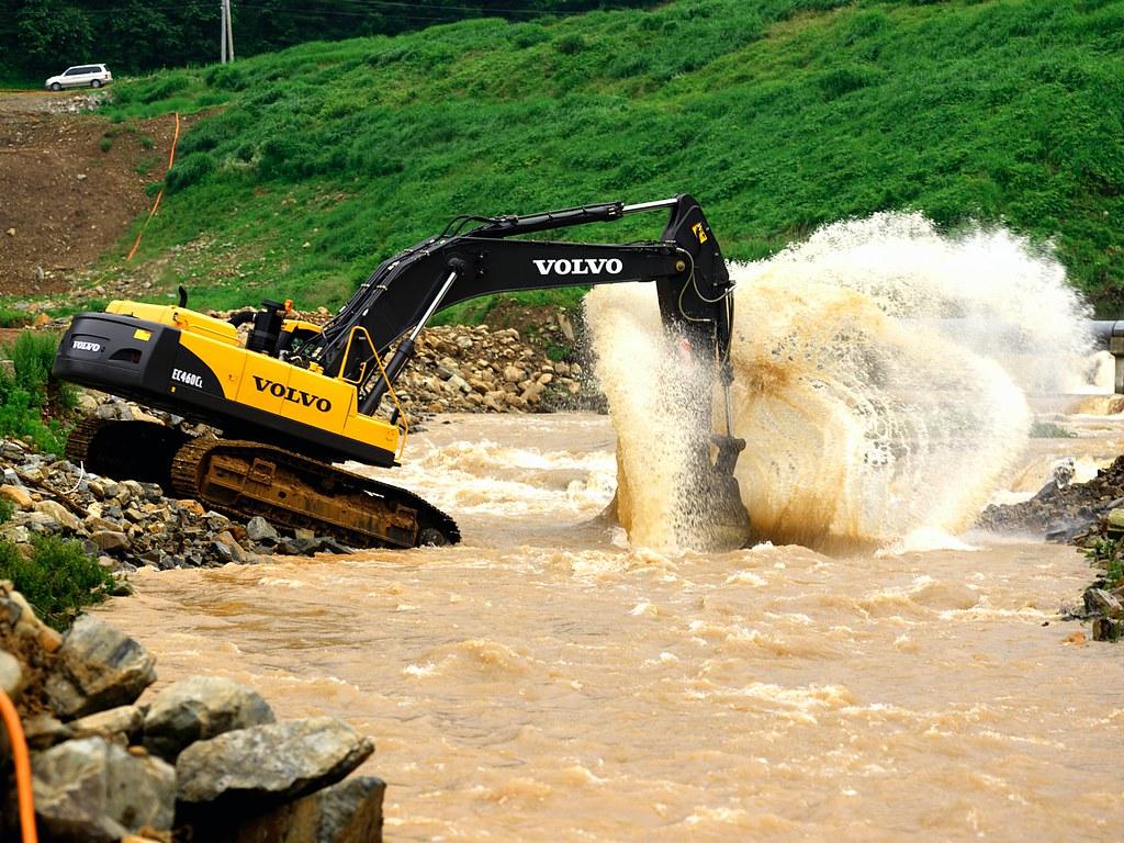 Volvo EC460C Crawler Excavator digging at river | The Volvo … | Flickr