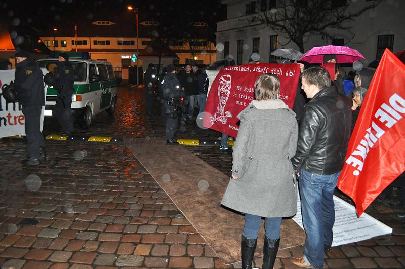 Proteste gegen Sarrazin in Dresden  brauner Teppich für