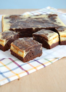 Cheesecake swirl chocolate brownies / Brownies com mesclado de cheesecake | by Patricia Scarpin