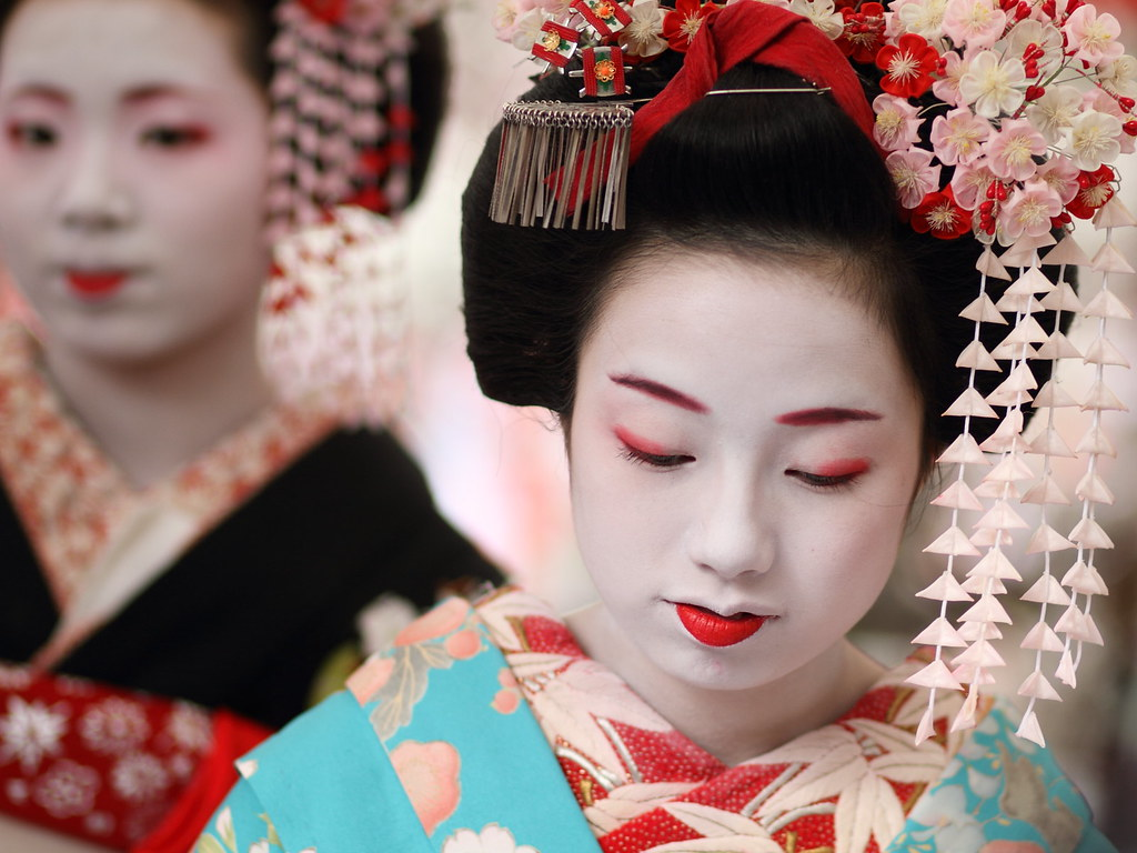 Japan 上七軒舞妓 さと龍さんと梅さやさん Together With Other Maiko