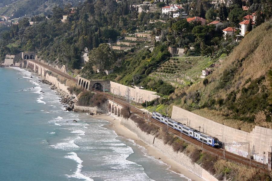 """Képtalálat a következőre: """"vonat tengerparton kép"""""""