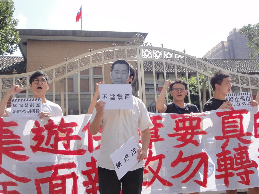 抗議團體演出行動劇,諷刺民進黨立委顧立雄背棄昔日保障集遊人權的承諾。(攝影:張智琦)