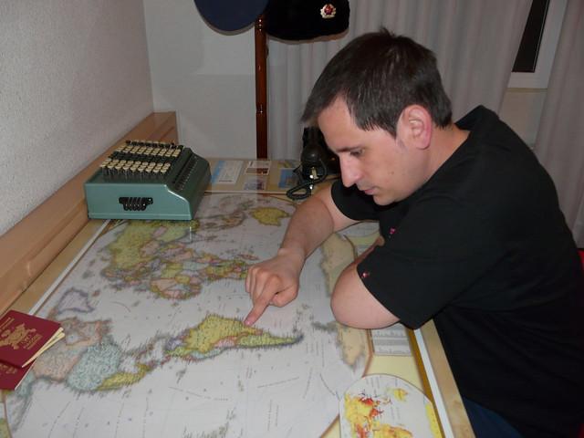 Sele señalando un mapamundi