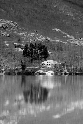 House at Sanabria lake | by t3mujin